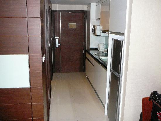 Legacy Suites Sukhumvit by Compass Hospitality: big fridge