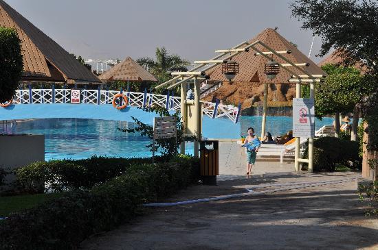 Pyramisa Isis Hotel & Suites Luxor: pool area
