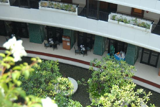 Millennium Resort Patong Phuket: Breakfast area and inner courtyard
