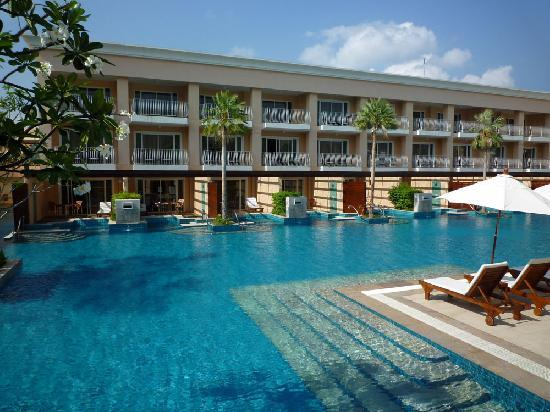 Millennium Resort Patong Phuket: Lovely Pool alas little service