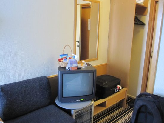 Quality Hotel Panorama: Not often you see these old CRT TV's anymore
