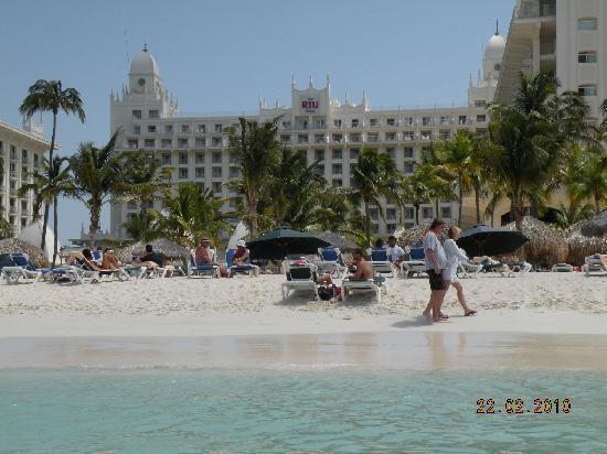 Hotel Riu Palace Aruba: Looking back at beach