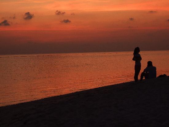 Kuramathi Island Resort: Just another sunset in paradise