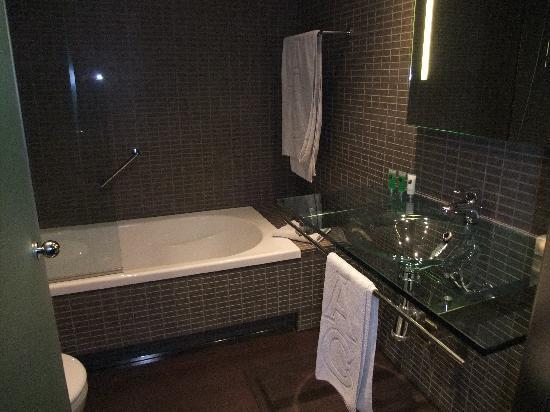 AC Hotel Porto: Bathroom