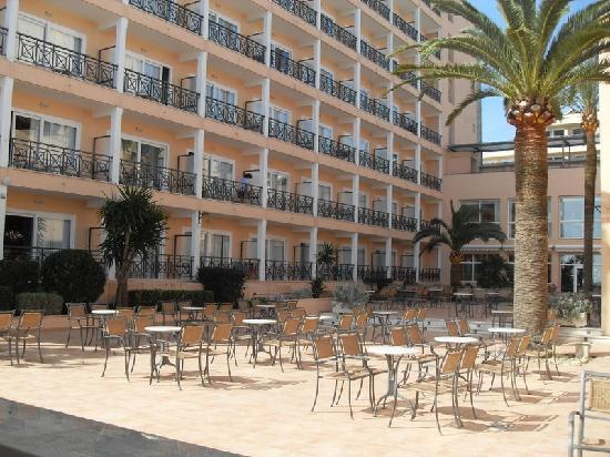 Hotel Levante: outside square in the shade