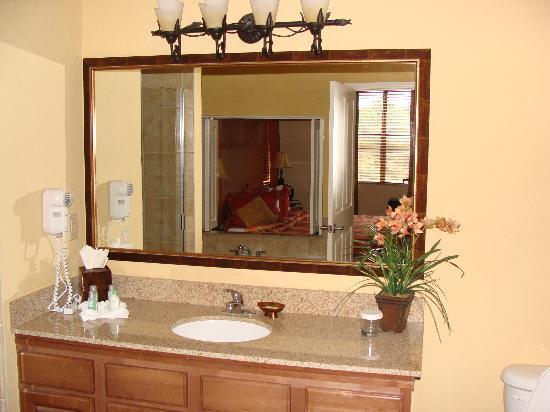 Floridays Resort: Master Bathroom
