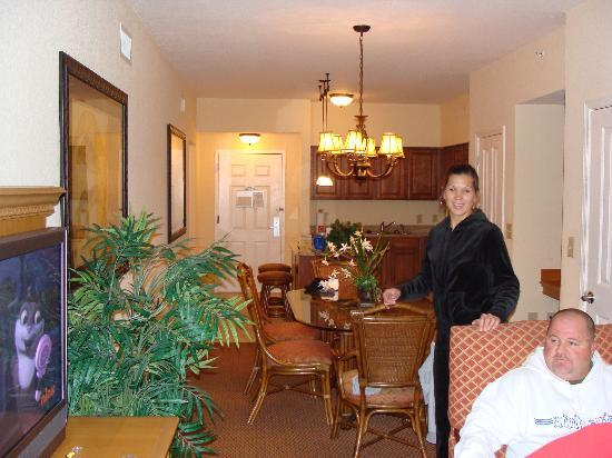 Floridays Resort: Kitchen, Dining Room (We were getting ready to go out and It was cold outside for those Florida