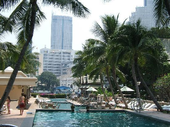 The Peninsula Bangkok: Poolside area