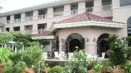 Ormoc Villa Hotel: 中庭より