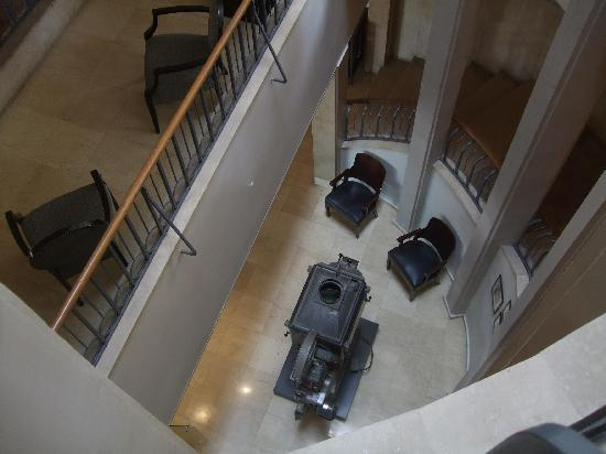 Cinema Hotel Tel Aviv - an Atlas Boutique Hotel: Looking down at the foyer from the stairs