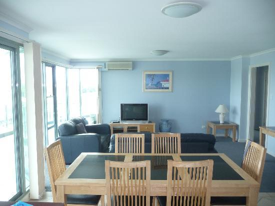Sails Luxury Apartments: Living room