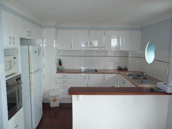 Sails Luxury Apartments: Kitchen