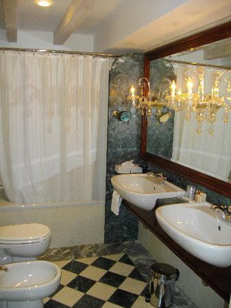 Hotel Antiche Figure: Stunning Bathroom