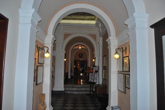 Royal Victoria Hotel: Entrance hall