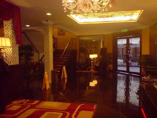 Hotel Rae: Entrance & Lobby