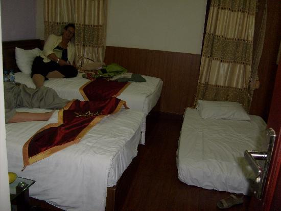 Hanoi Ciao Hotel: Hotel room - small but sufficient