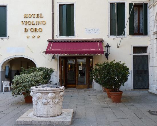 Hotel Violino d'Oro: Vue sur l'entrée de l'hôtel.