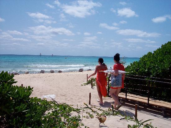 Now Jade Riviera Cancun: Walkway to the beach