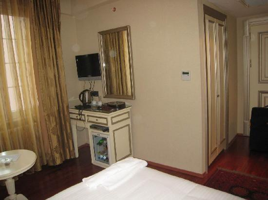 Maywood Hotel: The room is small but adequate