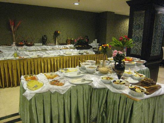 Maywood Hotel: The buffet was extensive with fresh orange juice