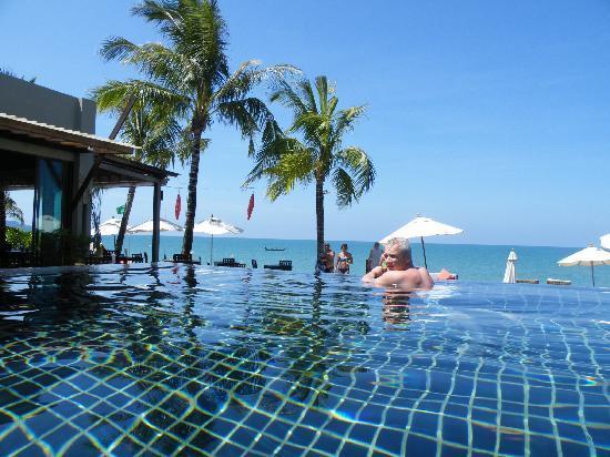Chongfah Beach Resort: pool again