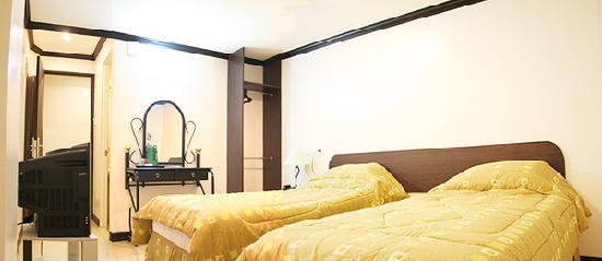 La Guardia Hotel: LGH Deluxe Room (twin)