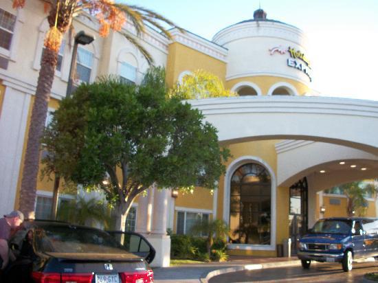 Holiday Inn Express Garden Grove: Outside