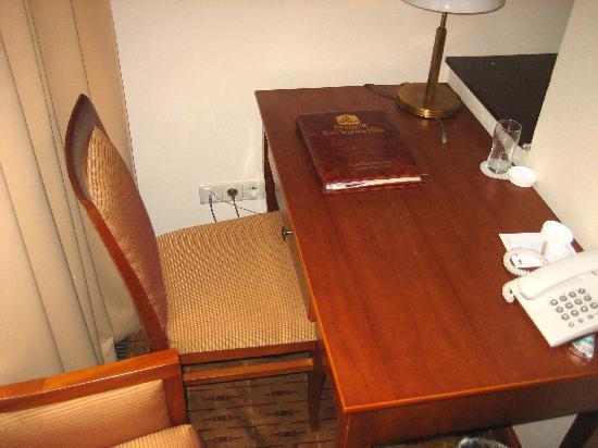 Hotel Majestic Plaza Prague: Mesa/escritorio