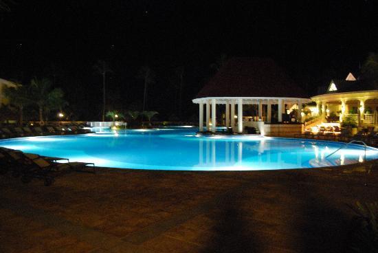 Grand Bahia Principe Punta Cana: Pool at night