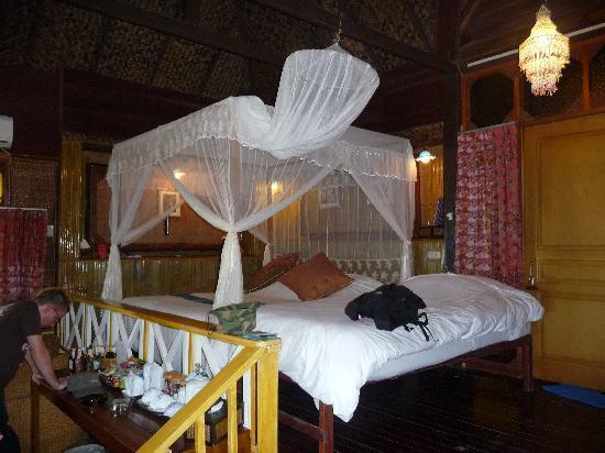 Charm Churee Villa: chambre