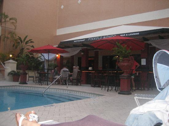 Rodeway Inn South Miami - Coral Gables: restaurant/bar & pool