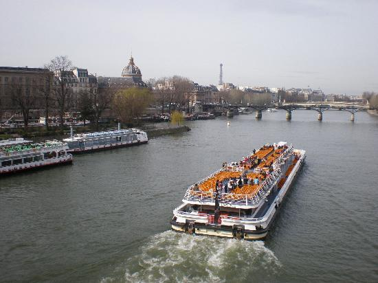 París, Francia: Boat on river