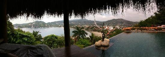 Casa Cuitlateca: View of Zihuatanejo from the pool palapa
