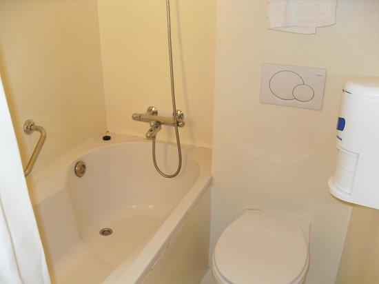 Ibis Styles Amsterdam Central Station: Bath & toilet