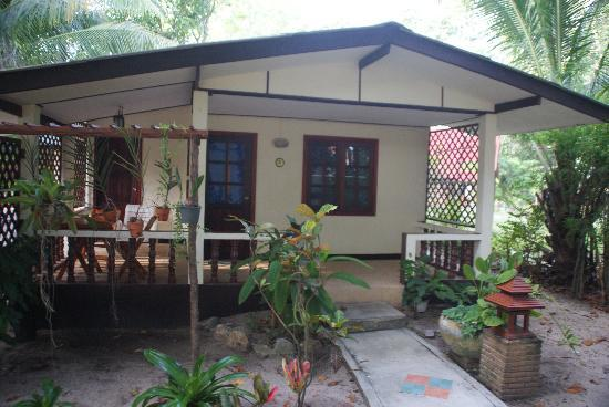 Harry's Bungalows & Restaurant: Bungalow - outside