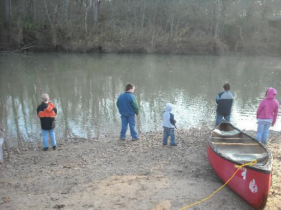 Diamond John's Riverside Retreat: kids fishing riverside
