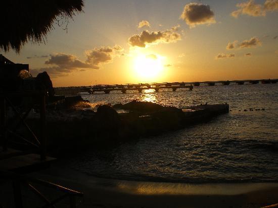 El Cid La Ceiba Beach Hotel: Perfect sunset every night!!!