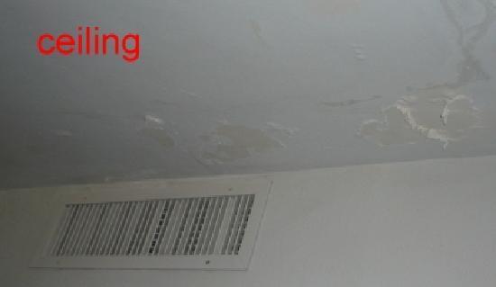 Sapphire Beach Resort: peeling ceiling