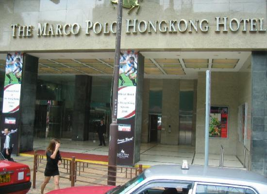 Marco Polo Hongkong Hotel: The front entrance