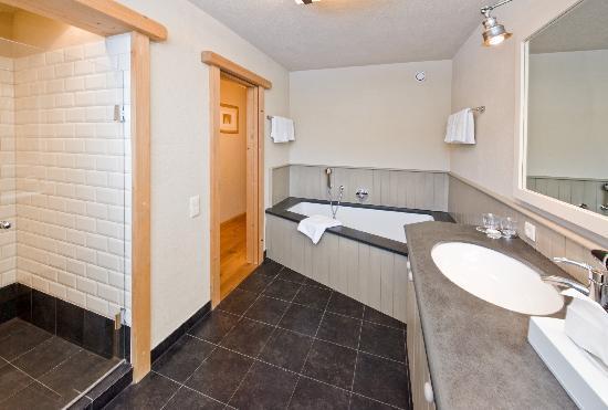 Hotel Princess Bergfrieden: Luxusbadezimmer mit großer Dusche, Bad und Doppelwaschbecken von Appartement Bergblick