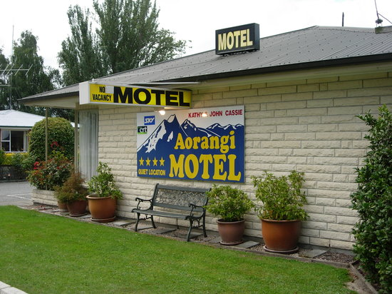 Aorangi Motel: From the road.
