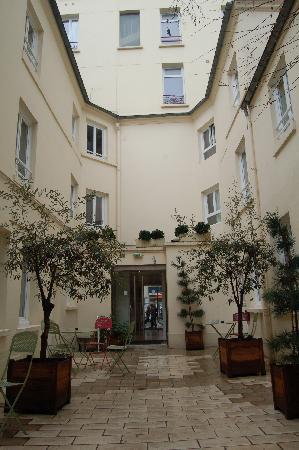 Hotel Lecourbe: Courtyard