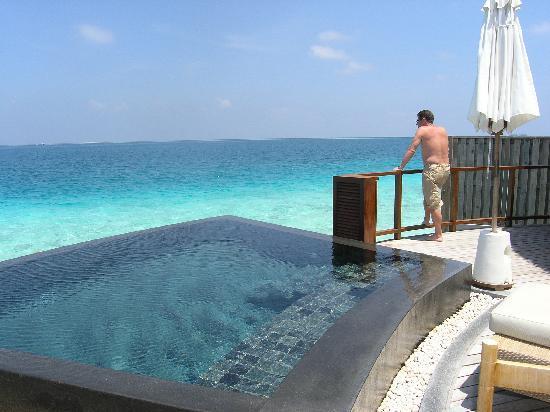 Constance Halaveli: Water villa pool