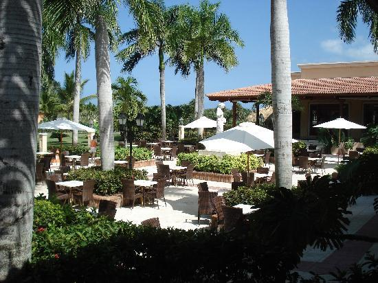 Grand Bahia Principe Bavaro: Outside area to chill out befere dinner with a drink