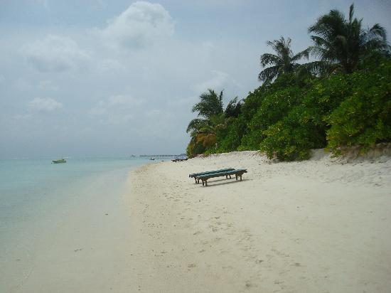 Holiday Island Resort & Spa: beach on the west side where the sun sets