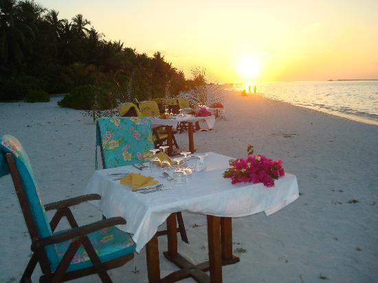 Holiday Island Resort & Spa: Dinner on the beach, what more could you want