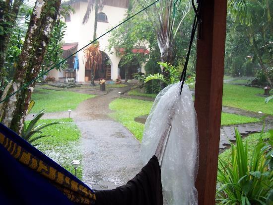 El Encanto Inn: Rainy day but still relaxed from the hammok
