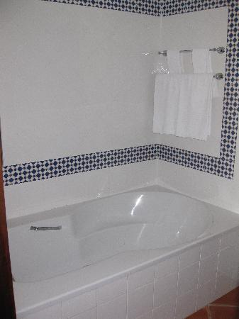 Marriott's Playa Andaluza: master bathroom bath area