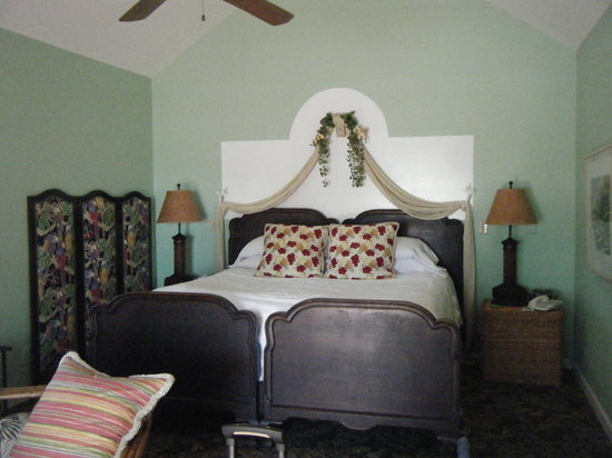 Sea Breeze Manor Inn: key largo bed