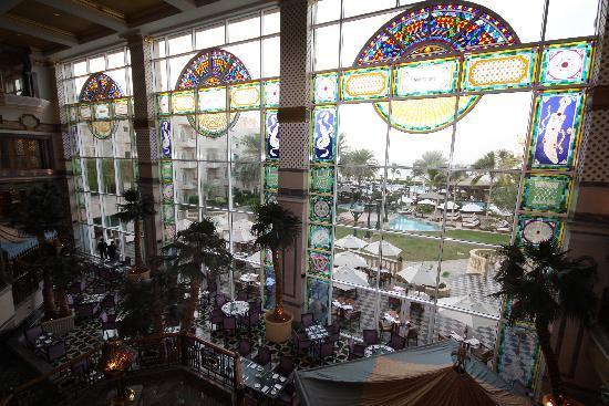 Grand Hyatt Muscat: Restaurant and sight on pool